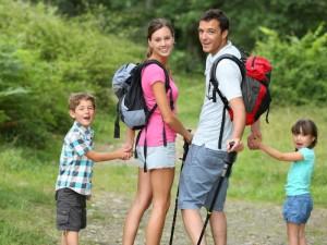 uśmiechnięta rodzina na spacerze w górach idą do punktu dom z widokiem