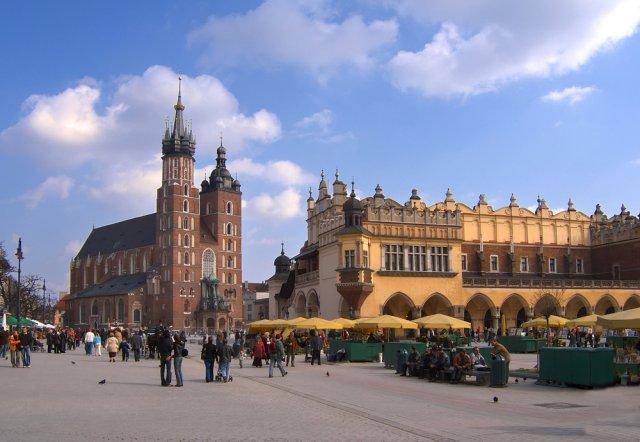 piękny widok na starówkę Krakowa, knajpki, sukiennice, i przechodniów, turystów