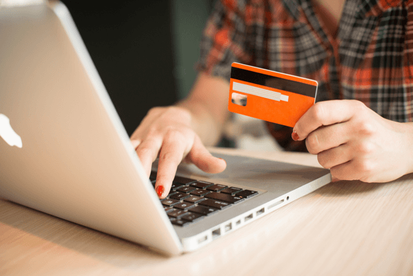 karta online Alior bank kontakt, kobieta płaci kartą przez internet