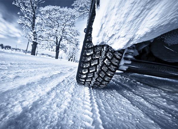 widok opony na zaśnieżonej drodze
