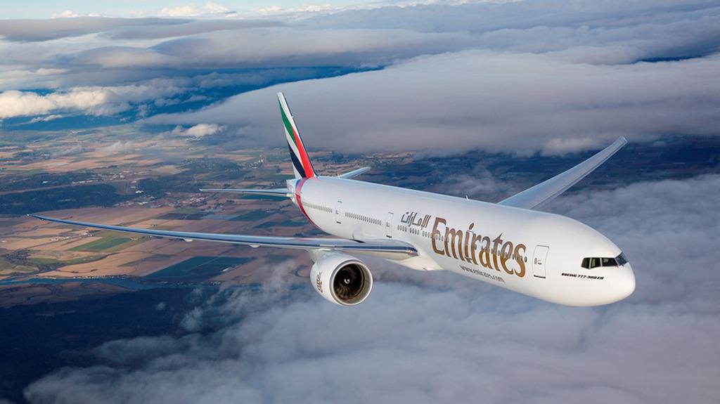 linie emirates saomot na tle chmur