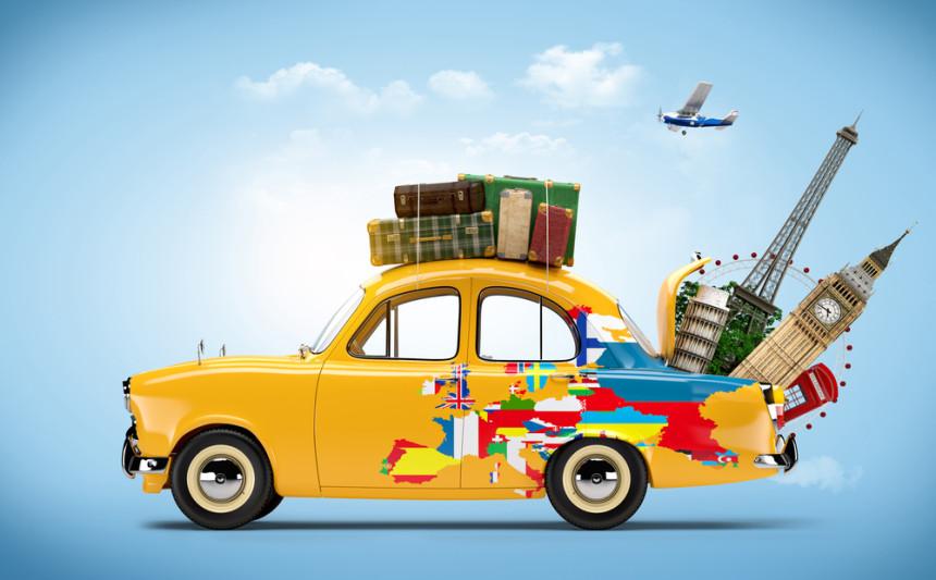żółte auti z walizkami na dachu i pełnym bagażnikiem miejsc do zwiedzenia