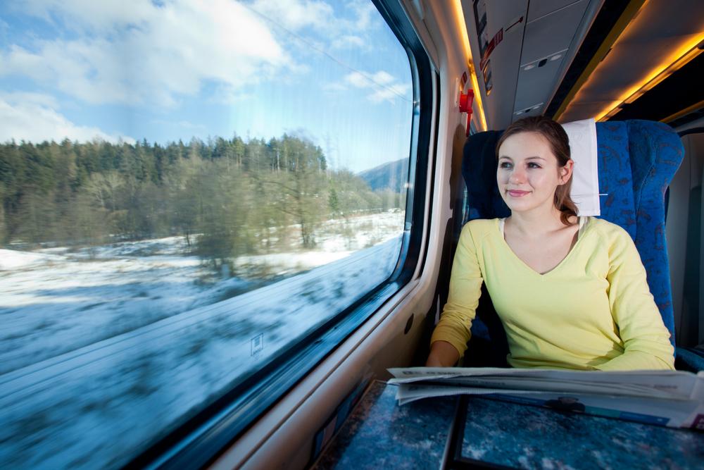 pasażerka, podróże pociągiem, miejsce przy oknie